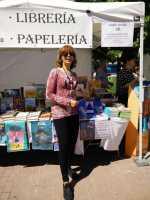 Hortensia firmando libros en la Feria del libro de Alcobendas